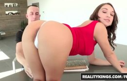 Novinha mama e fode em cima da mesa