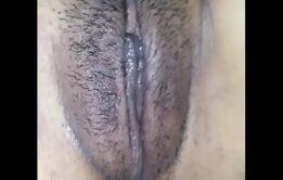 Abrindo a vagina molhadinha pro mel sair todinho